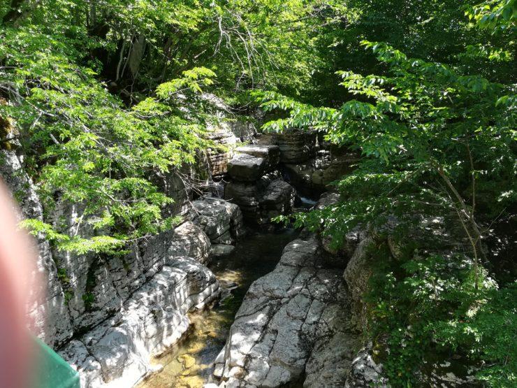 Niedalego wodospadu Okatse
